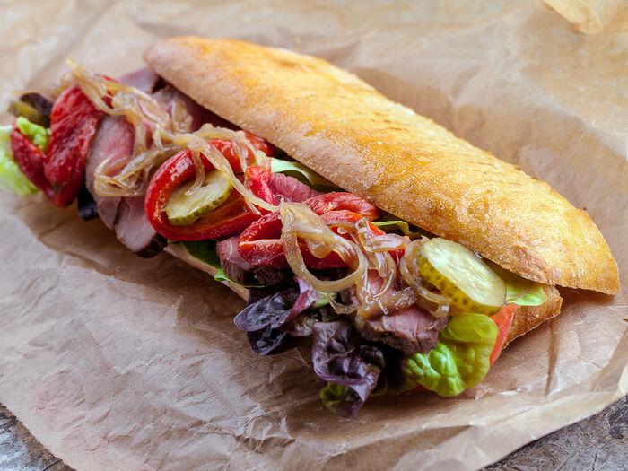 Сэндвич с ростбифом, печеной паприкой и карамелизированным луком