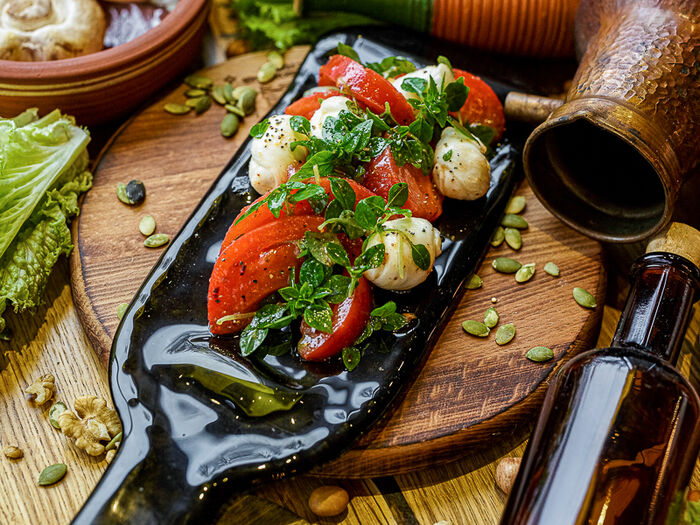 Мини-моцарелла с томатами и базиликом