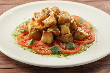 Салат с хрустящими баклажанами и соусом чили