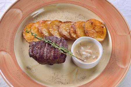Филе говядины с печеным картофелем