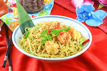 Сингапурская лапша с креветками в соусе карри