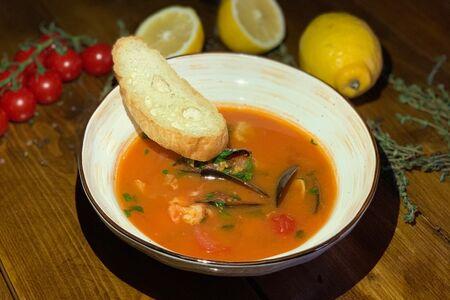 Пряный томатный суп с морепродуктами