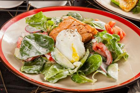 Микс-салат с копченым лососем и яйцом Пашот