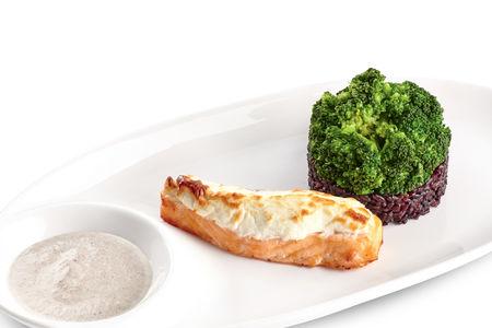 Лосось с чёрным рисом и брокколи
