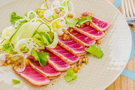 Салат Татаки из тунца с зеленым салатом и васаби