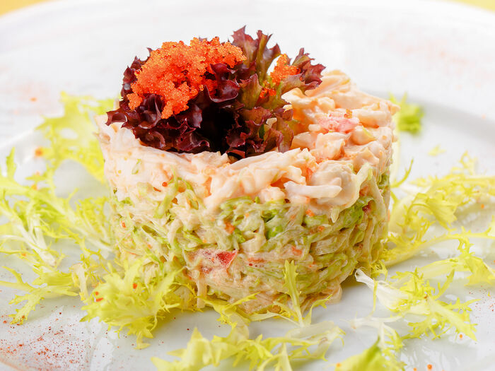 Нежное мясо краба на соломке из зеленого микс салата