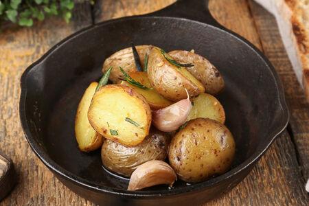 Молодой картофель с розмарином