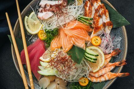 Сашими мориавасе (лосось, тунец, угорь, гребешок, осьминог, креветка)