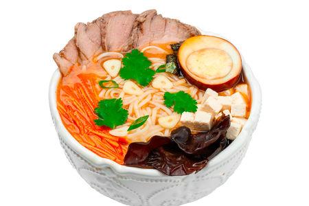 Суп рамэн со свининой, тофу и кинзой