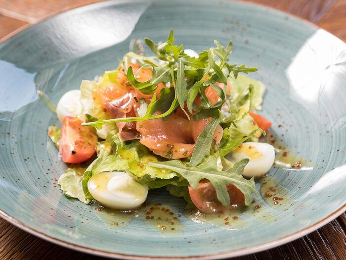 Салат с лососем слабой соли и авокадо