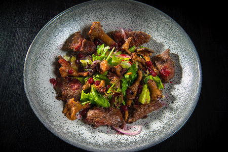 Теплый салат с печенью индейки, лисичками и клюквой