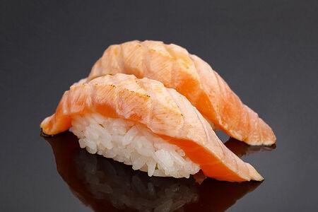 Суши Обжаренный лосось с соусом Юзу