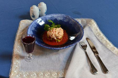 Салат из камчатского краба и авокадо с томатным соусом