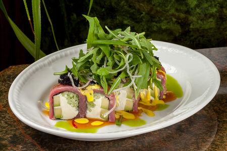 Ролл с тунцом и авокадо