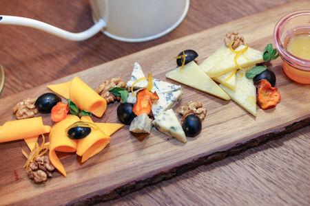 Ассорти из трех сыров с апельсиновыми цукатами и морковными чипсами