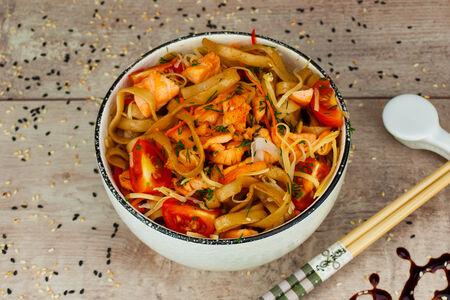 Удон с лососем в сливочном соусе