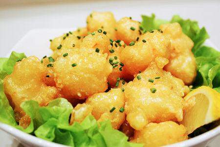 Креветки в кляре с острым сливочным соусом