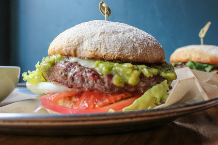 Бургер с моцареллой и гуакамоле