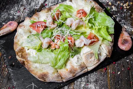 Римская пицца Цезарь с креветкой
