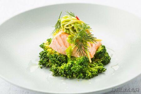 Лосось на пару с брокколи и салатом с цитрусовым соусом