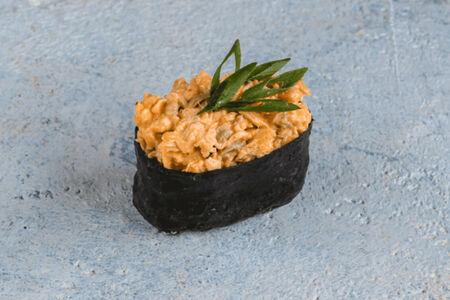 Суши спайс лосось жареный