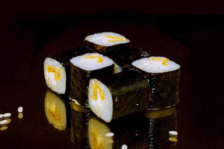 Ролл с омлетом и сливочным сыром
