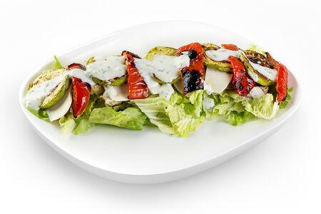 Салат с печеными овощами и куриным филе