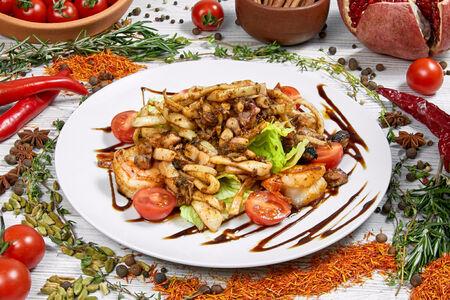 Теплый салат с обжаренными морепродуктами