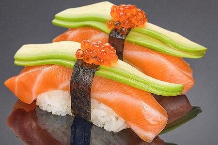 Суши Лосось с авокадо и икрой лосося