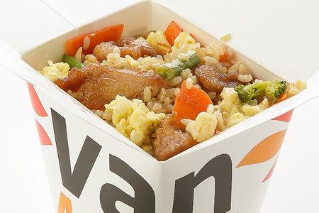 Вок цельнозерновой рис с куриной грудкой в соусе