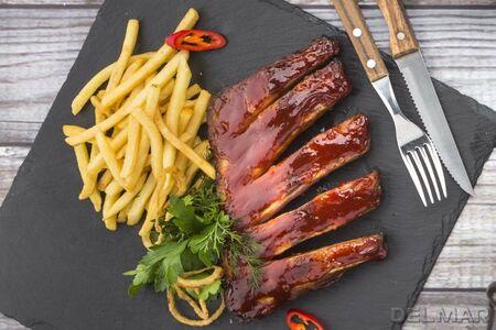 Свиные ребра с картофелем фри