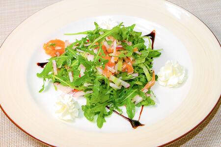 Салат с лососем и мягким сыром