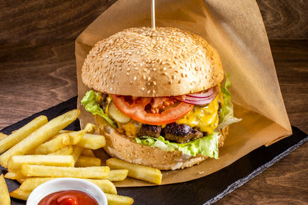 Бургер с говядиной барбекю и беконом