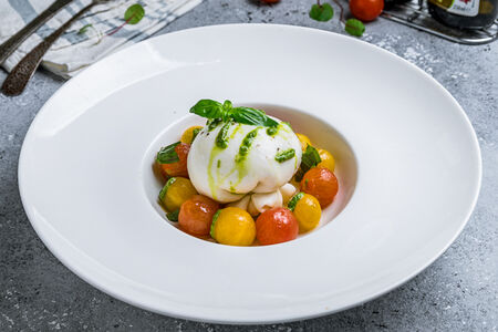 Салат Буррата с радужными томатами черри