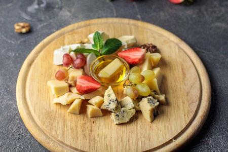 Ассорти итальянских сыров с медом