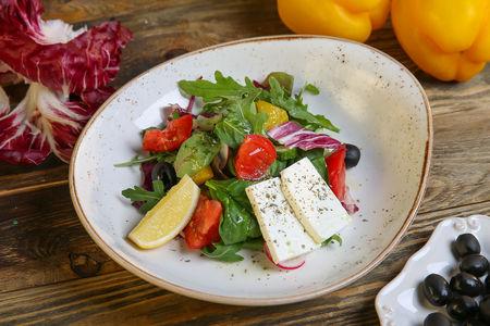 Салат с овощами и сыром Фета