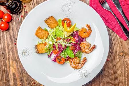 Салат из лосося с креветками