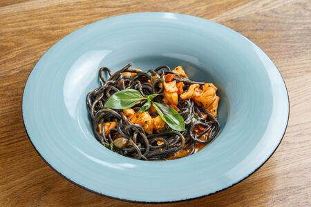 Черные спагетти с лососем и креветками