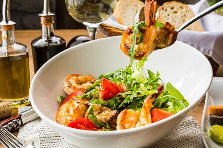 Салат Теплый с хрустящим баклажаном и креветками гриль