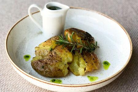 Картофель с соусом из зеленых трав