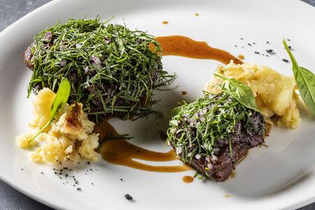 Телячьи щёки с толченым картофелем и соусом из красного вина