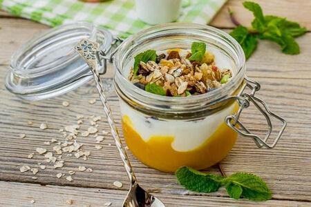 Йогурт с гранолой и пюре манго