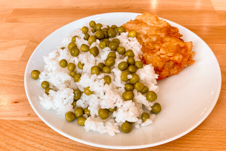 Треска с рисом и зеленым горошком