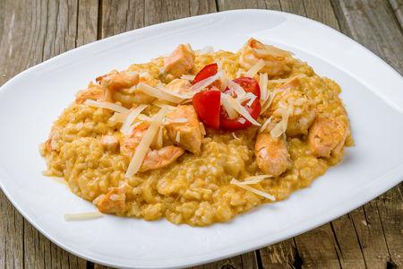 Рис в тыквенном соусе с лососем и креветками