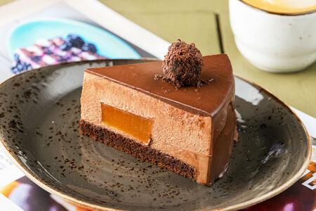 Шоколадный мусс на тонком бисквите с маракуйя