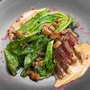 Фото к позиции меню Фланк стейк с белыми грибами, гречкой и соусом из сыра таледжио