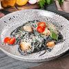 Фото к позиции меню Паста Ал Неро с кусочками лосося в сливочном соусе