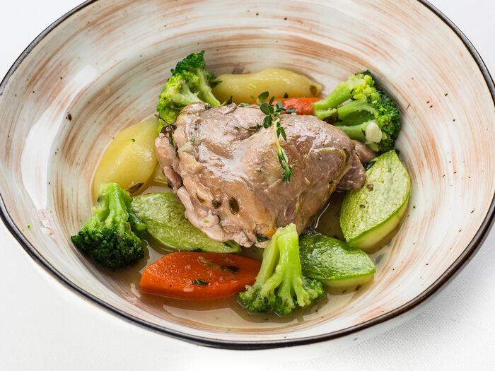 Томленая ножка кролика с овощами