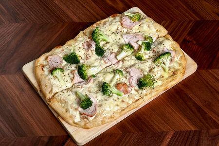 Пицца с курицей и брокколи