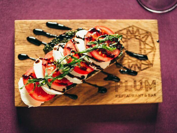 Брускетта с томатами и сыром моцарелла